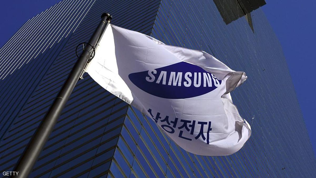 A Samsung flag flutters outside Samsung group headquarters in Seoul on November 29, 2016. Samsung Electronics said on November 29 it was considering splitting the company into two as it faces growing pressure to overhaul governance structure during a crucial power transfer in the top management.  / AFP / JUNG YEON-JE        (Photo credit should read JUNG YEON-JE/AFP/Getty Images)